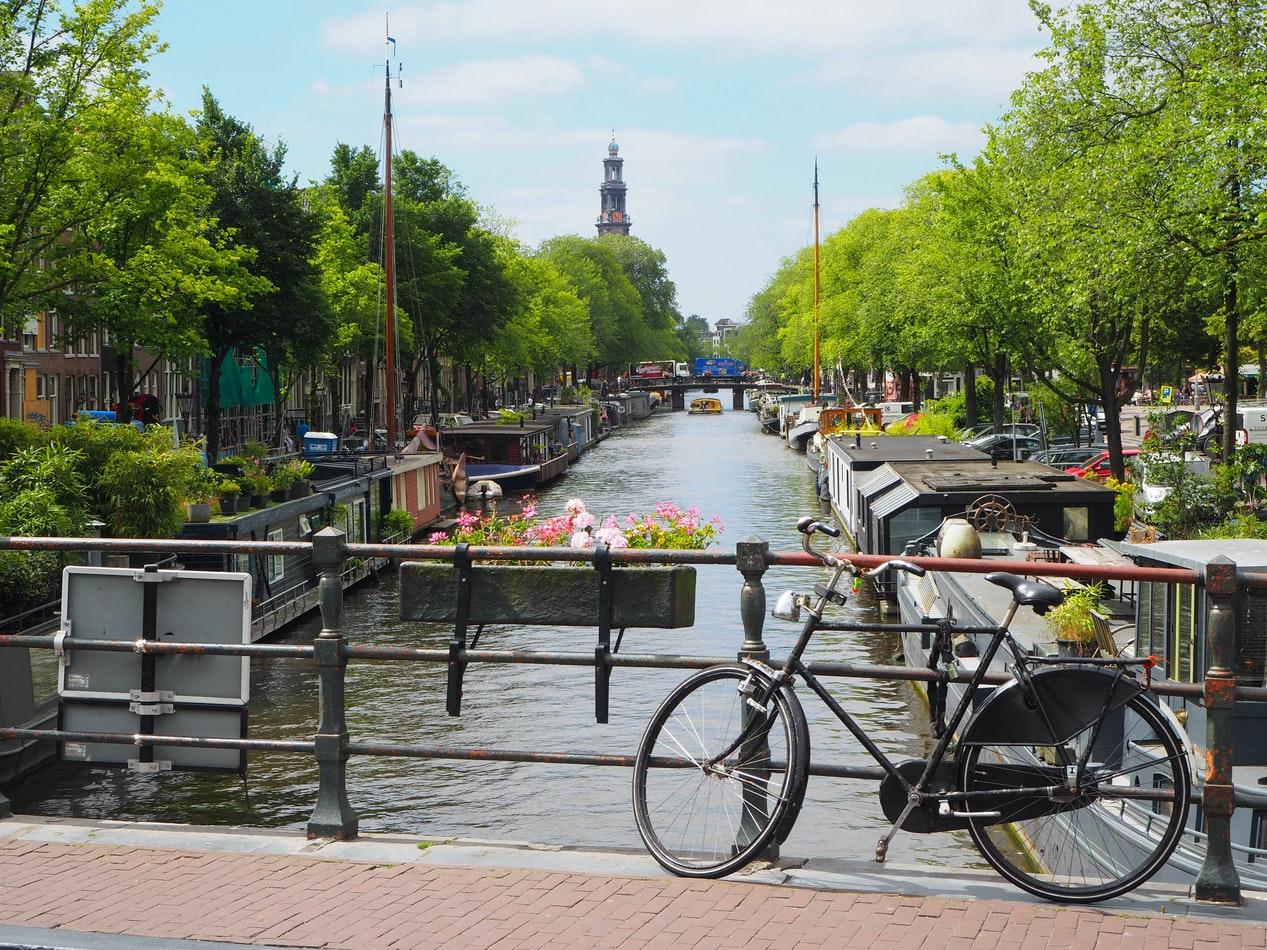 Blick auf Grachten in Amsterdam Niederlande
