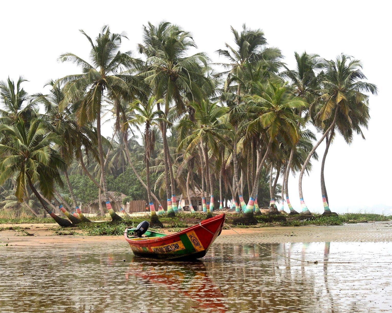 Strand mit Boot in Ada Ghana