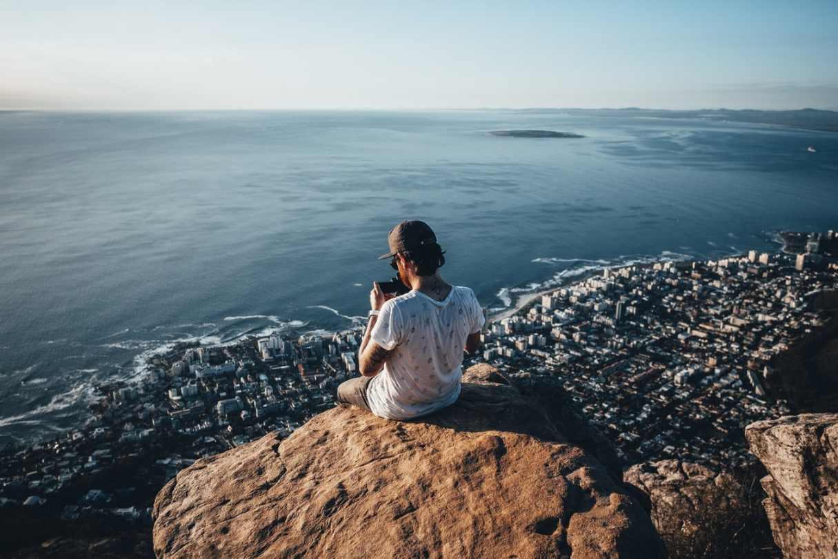 Mann fotografiert Kapstadt von oben Südafrika