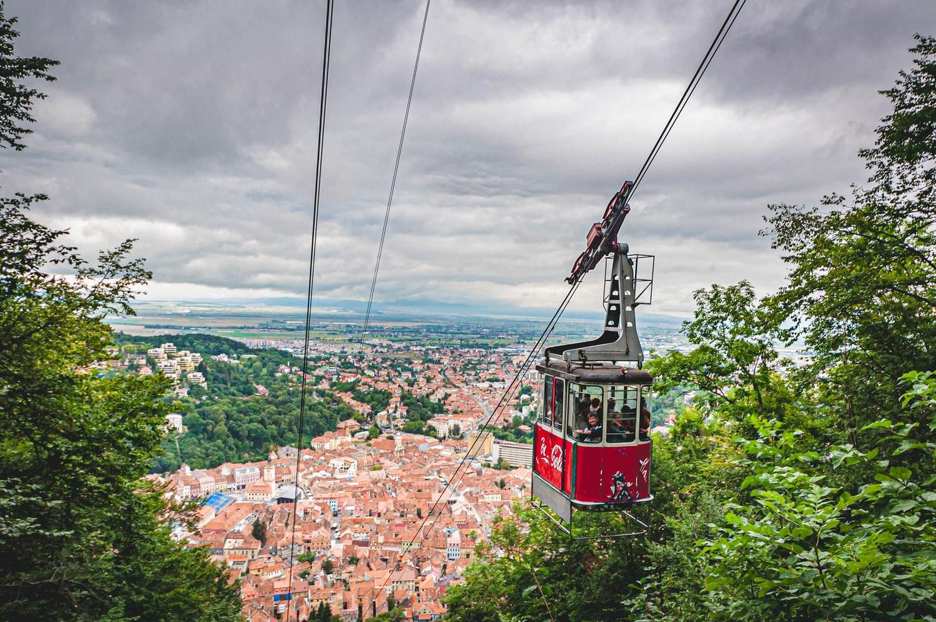 Blick auf Seilbahn und Brașov in Rumänien