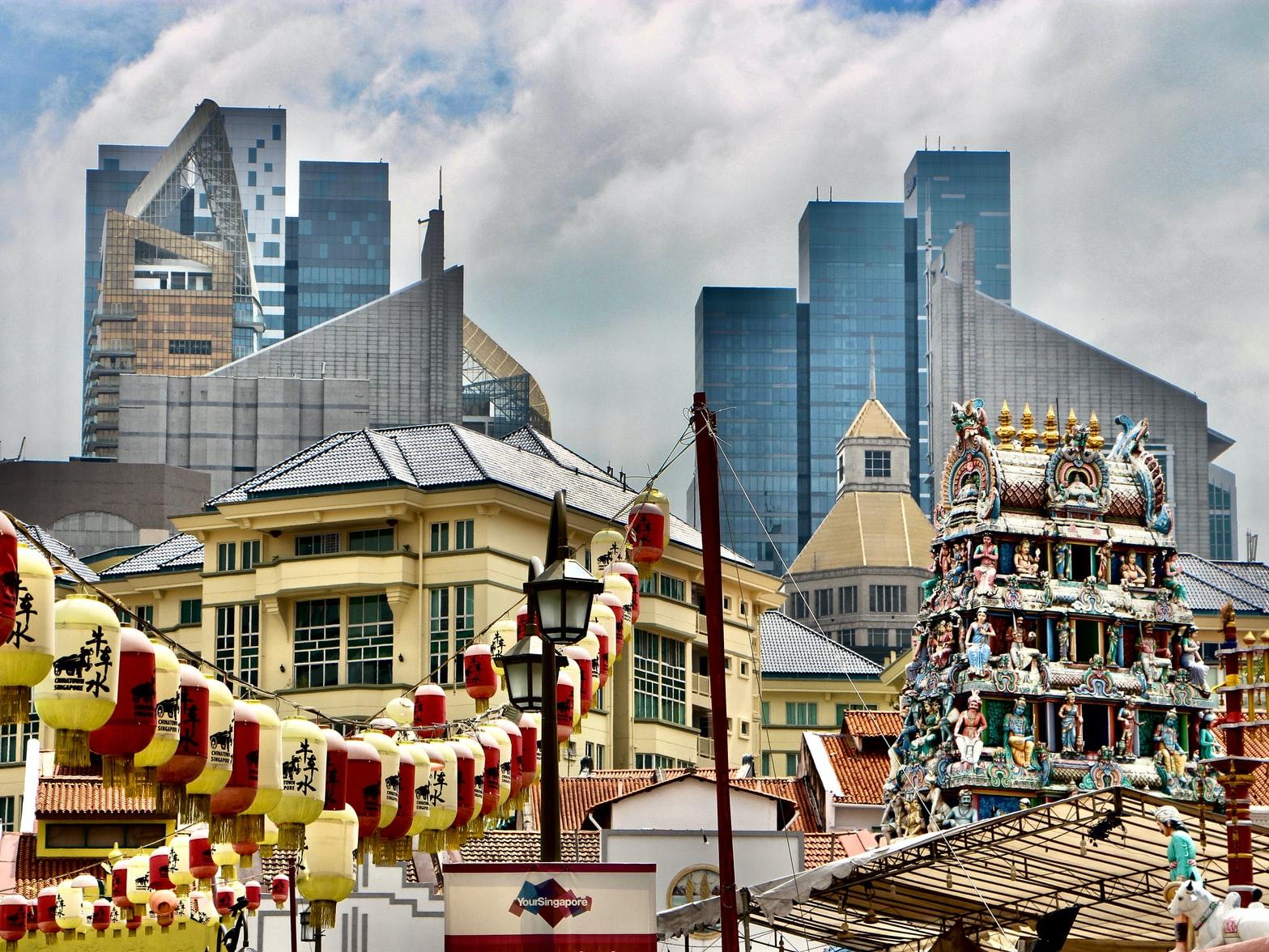 Chinatown und Hindutempel vor Singapurs Skyline