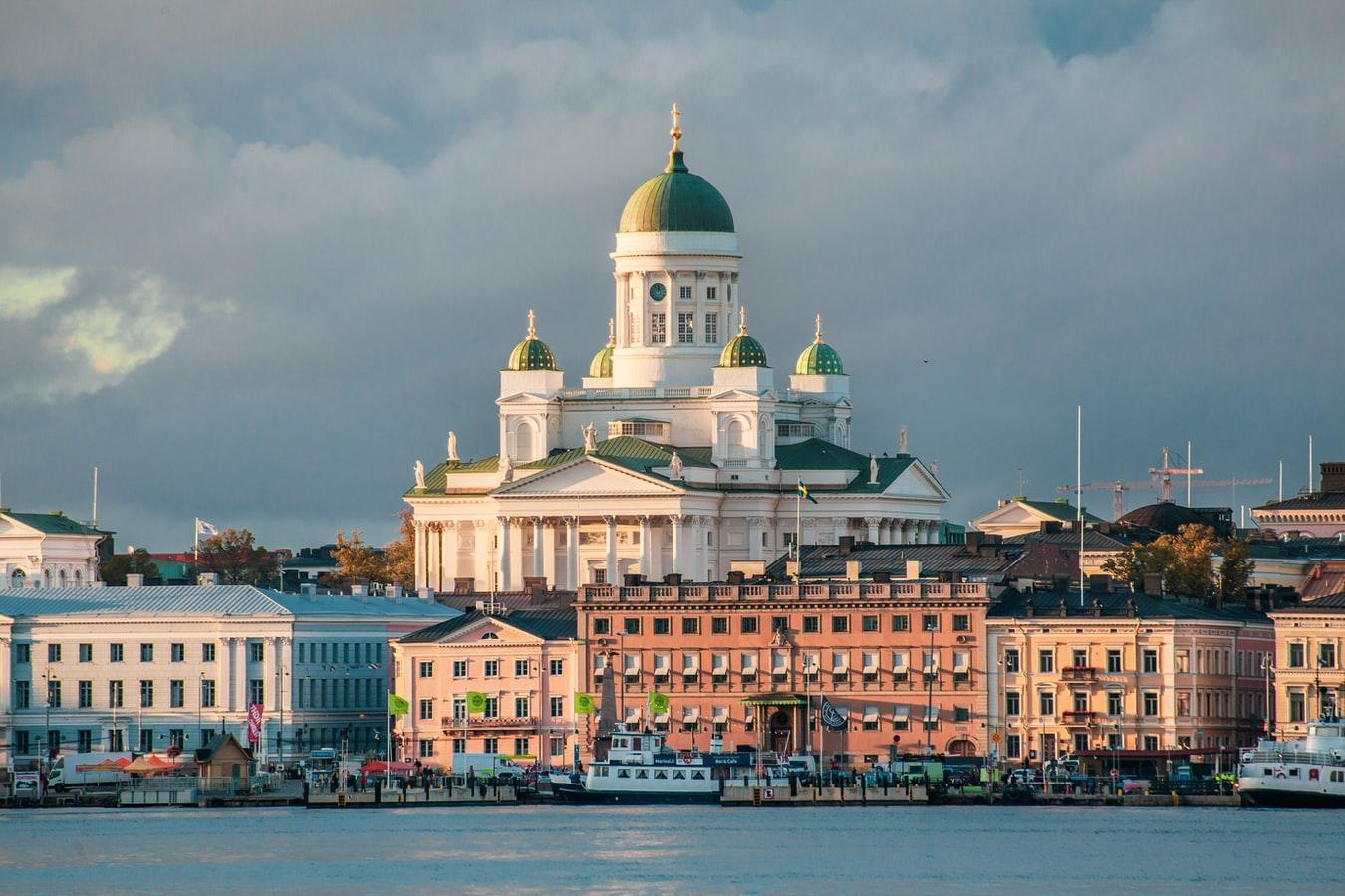 Blick übers Wasser auf den Dom von Helsinki in Finnland