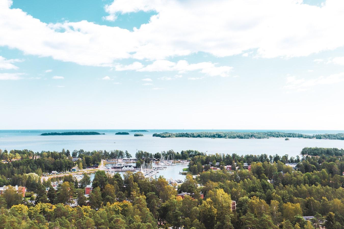 Blick vom Haukilahti Wasserturm auf die Küste vor Espoo in Finnland