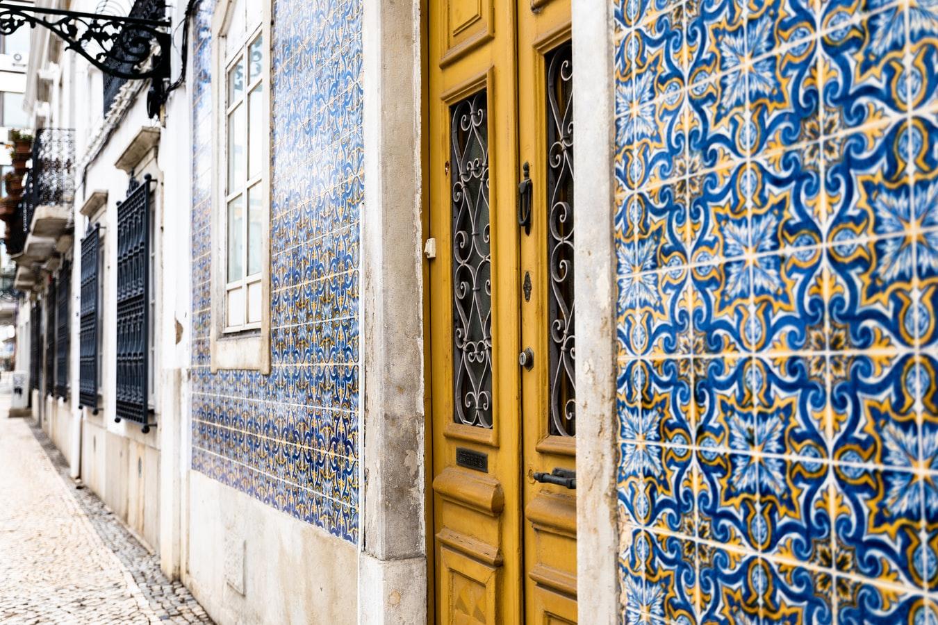Typische Azulejos an einer Hauswand in Faro Portugal