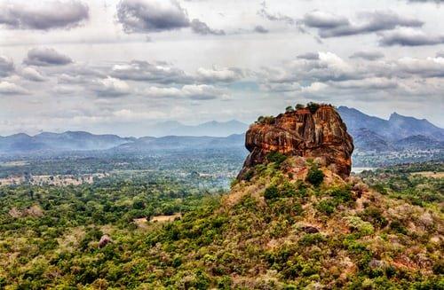 Landschaft mit Felsentempel von Sigiriya in Sri Lanka