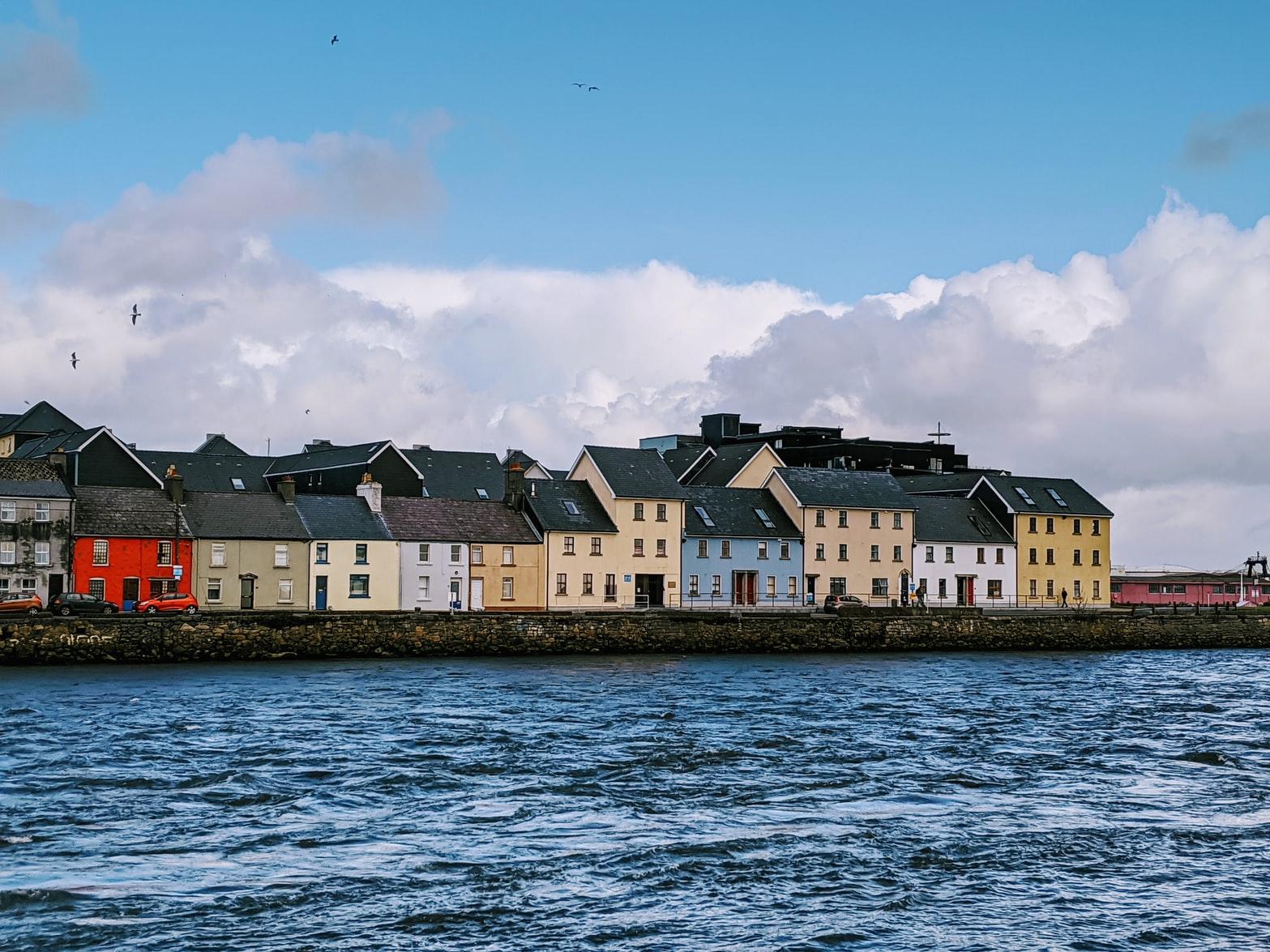 Blick vom Wasser auf Claddagh Quay Galway Irland