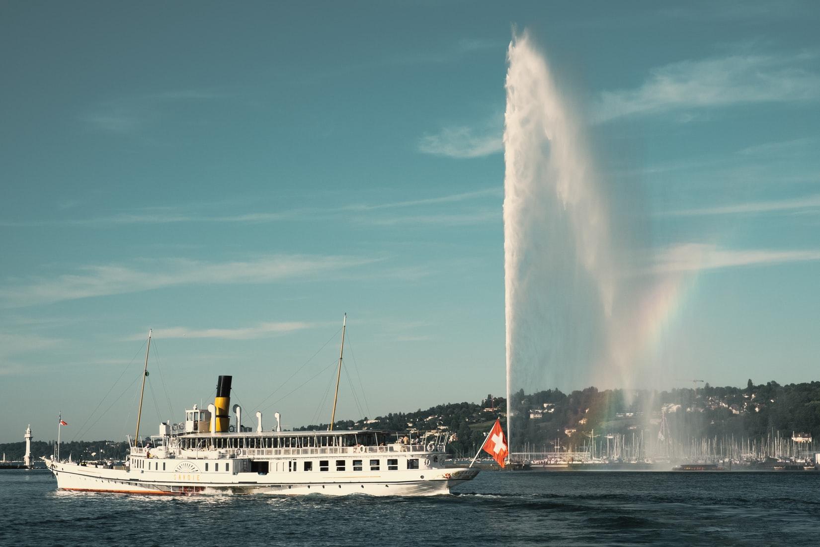 Ausflugsschiff am Jet d'eau auf dem Genfer See in der Schweiz
