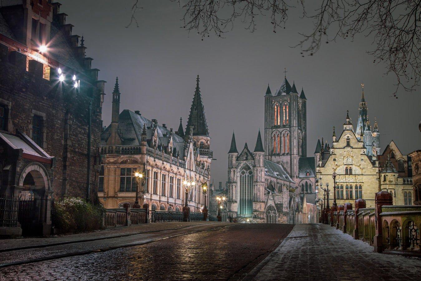 Blick auf Sint-Niklaaskerk in Gent Belgien bei Nacht