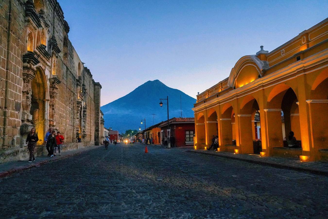 Straßenansicht in Guatemala City mit Vulkan Pacaya im Hintergrund