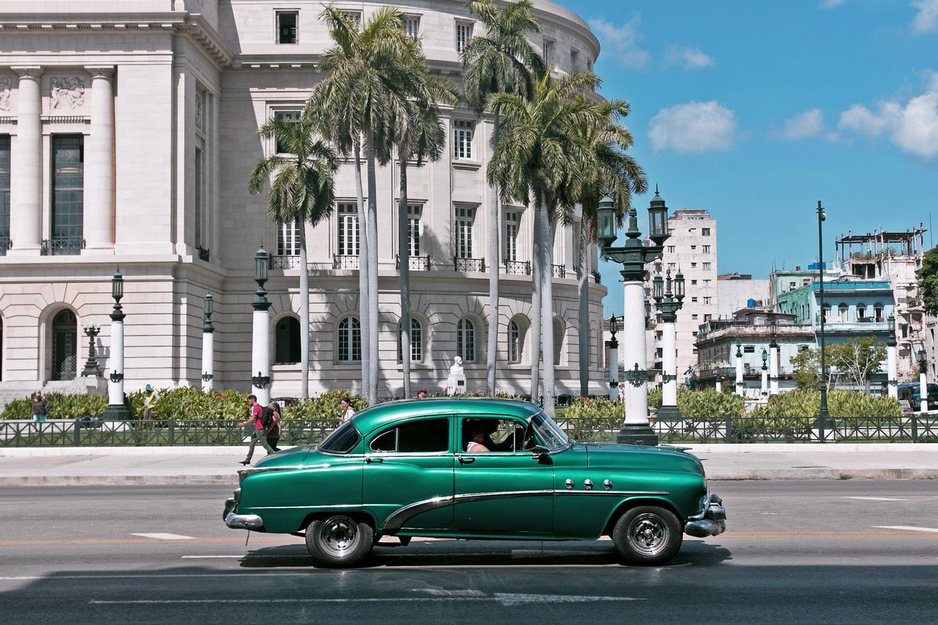 Straßenansicht mit Oldtimer in Havanna Kuba