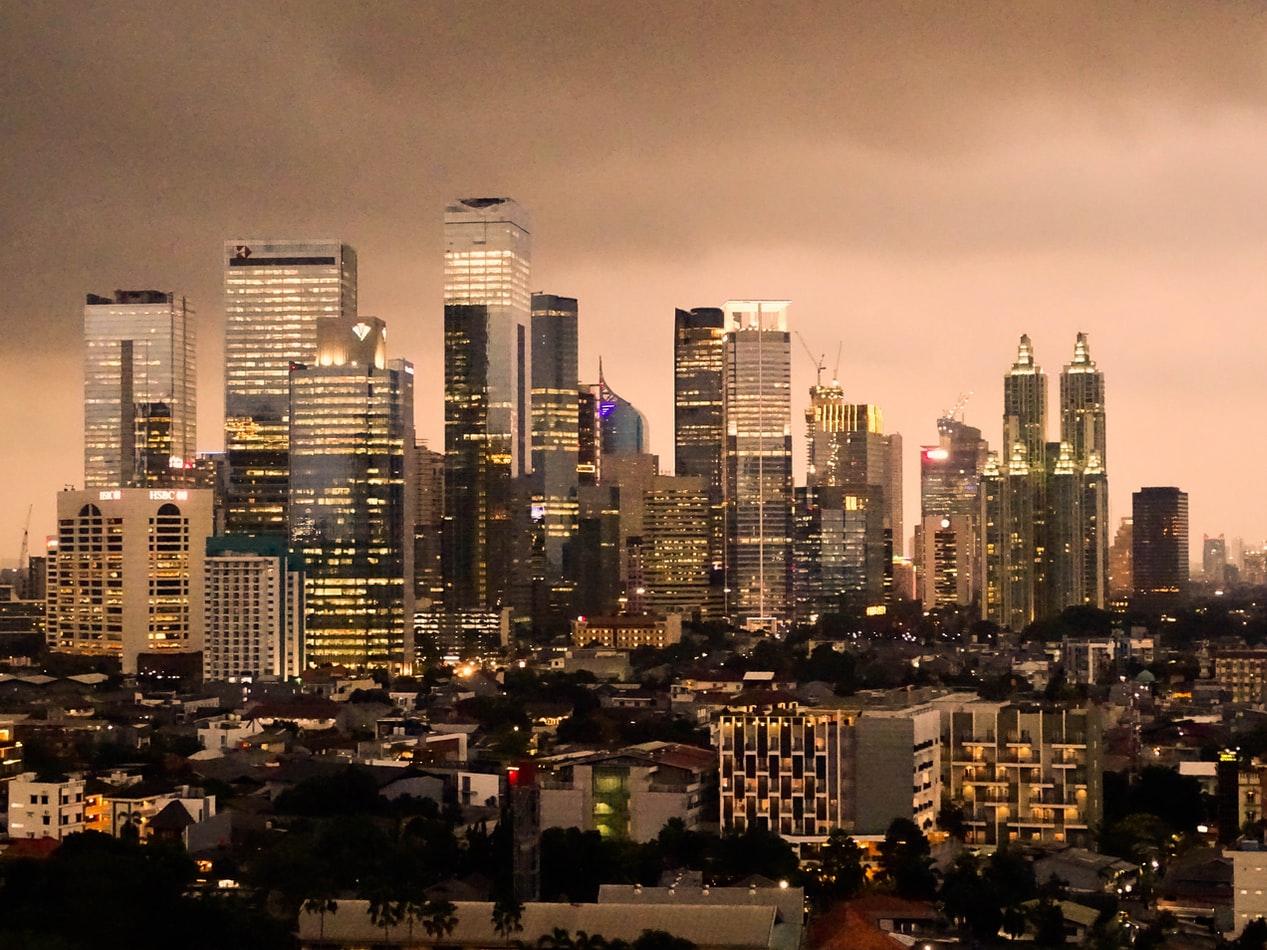 Skyline von Jakarta in der Dämmerung
