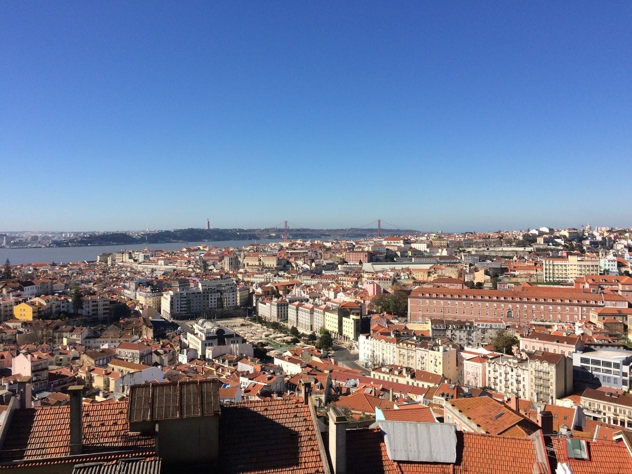 Vogelperspektive auf Lissbon mit Ponte 25 de Abril im Hintergrund