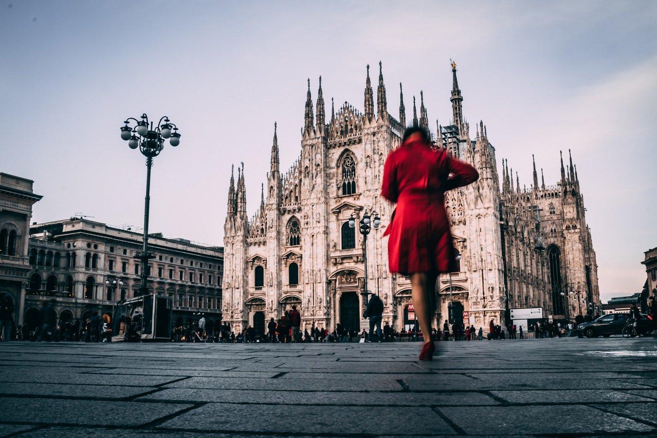 Frau vor dem Mailänder Dom in Italien