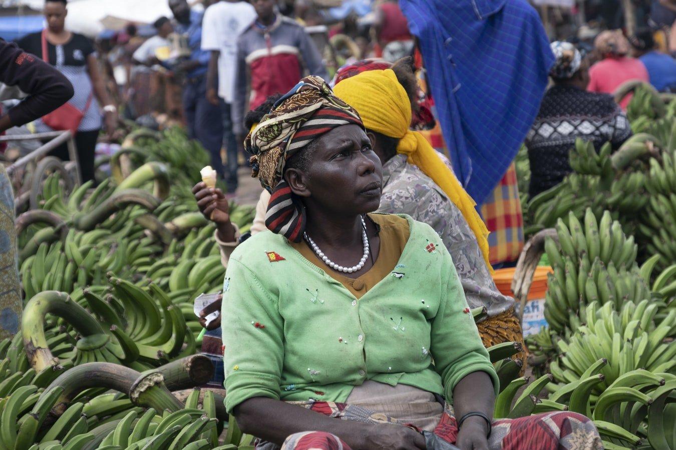 Marktfrau verkauft Bananen in Tansania