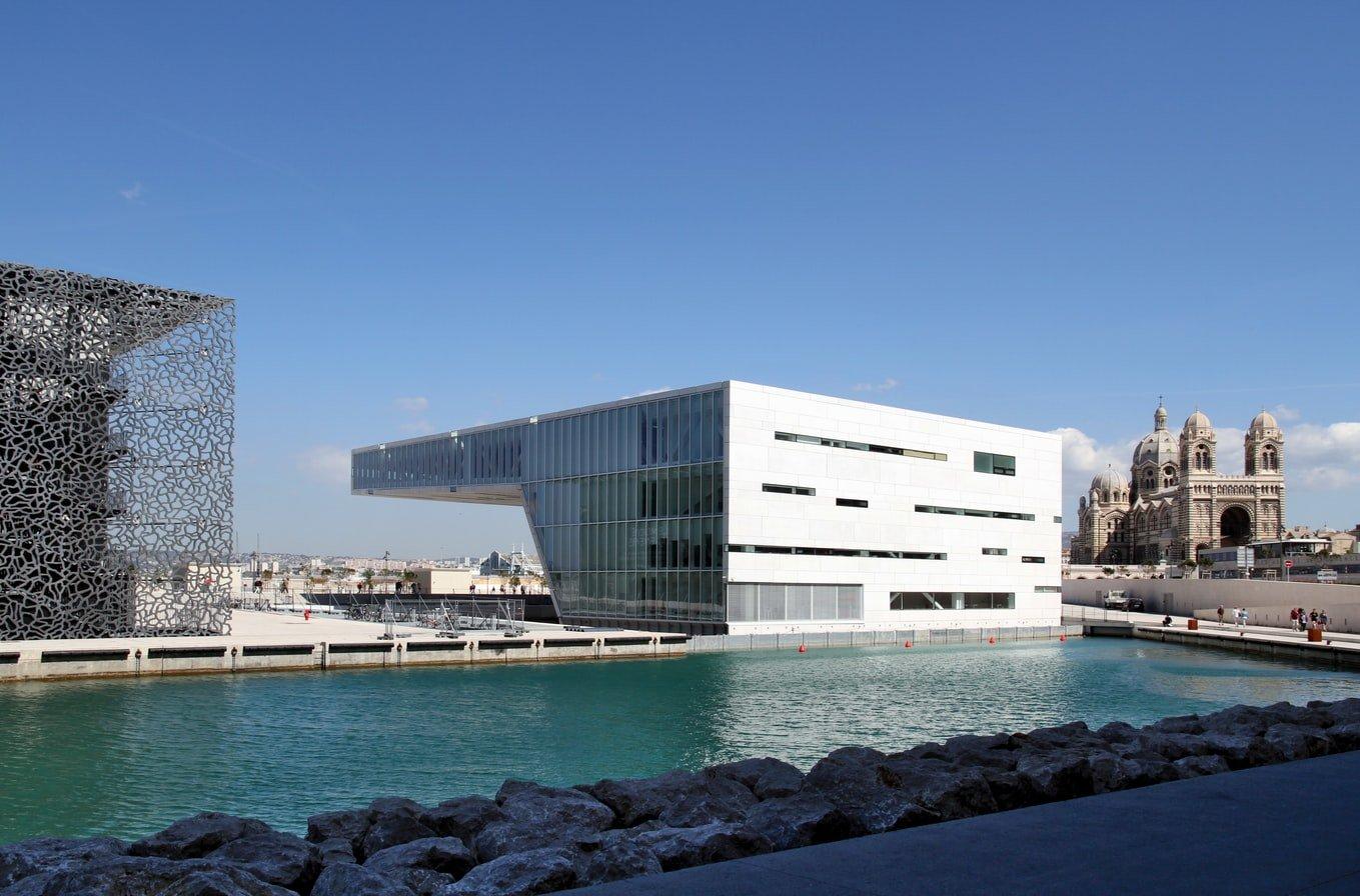 Blick übers Wasser auf MuCEM in Marseille Frankreich