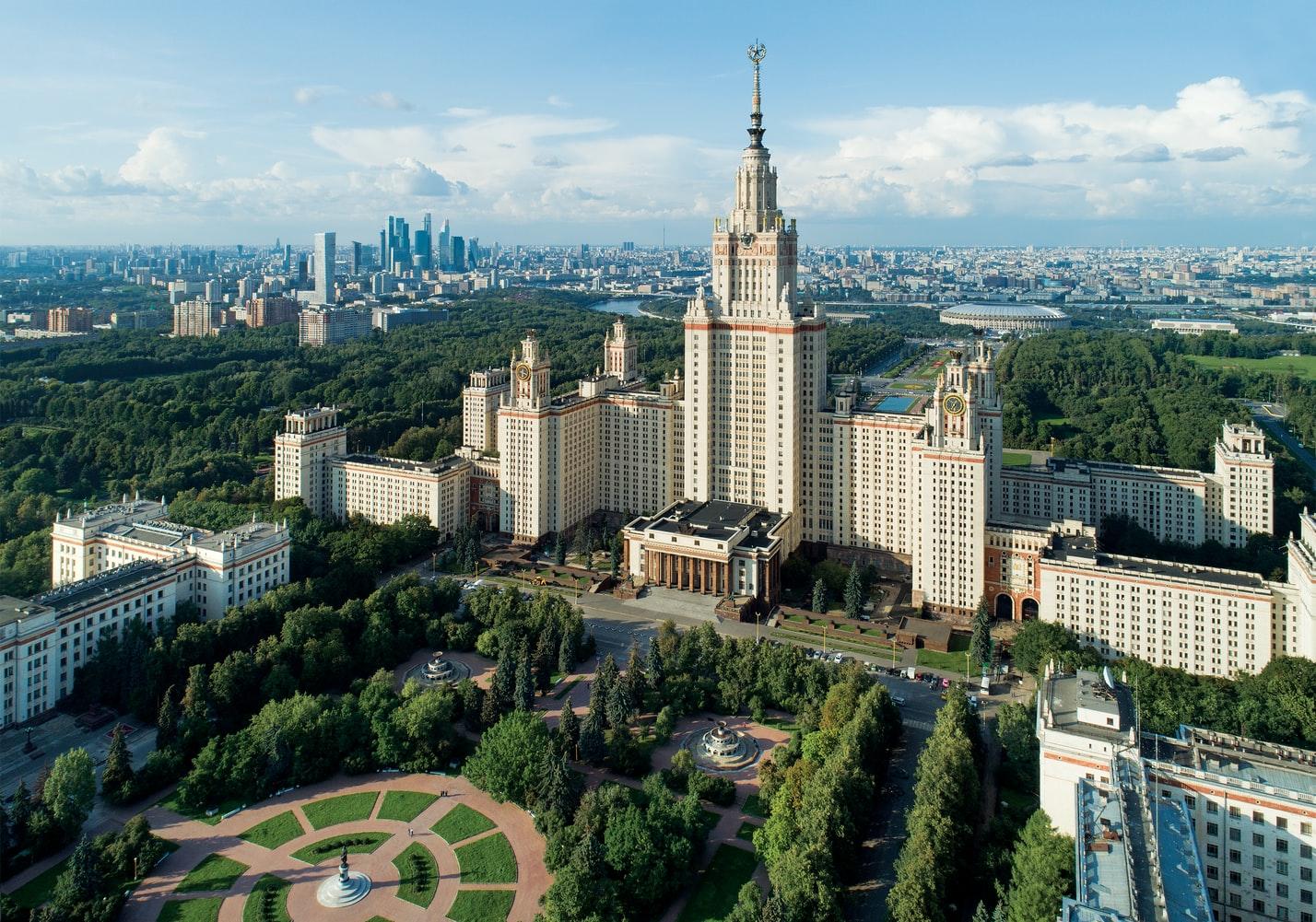 Lomonossow-Universität von oben mit Skyline von Moskau im Hintergrund Russland