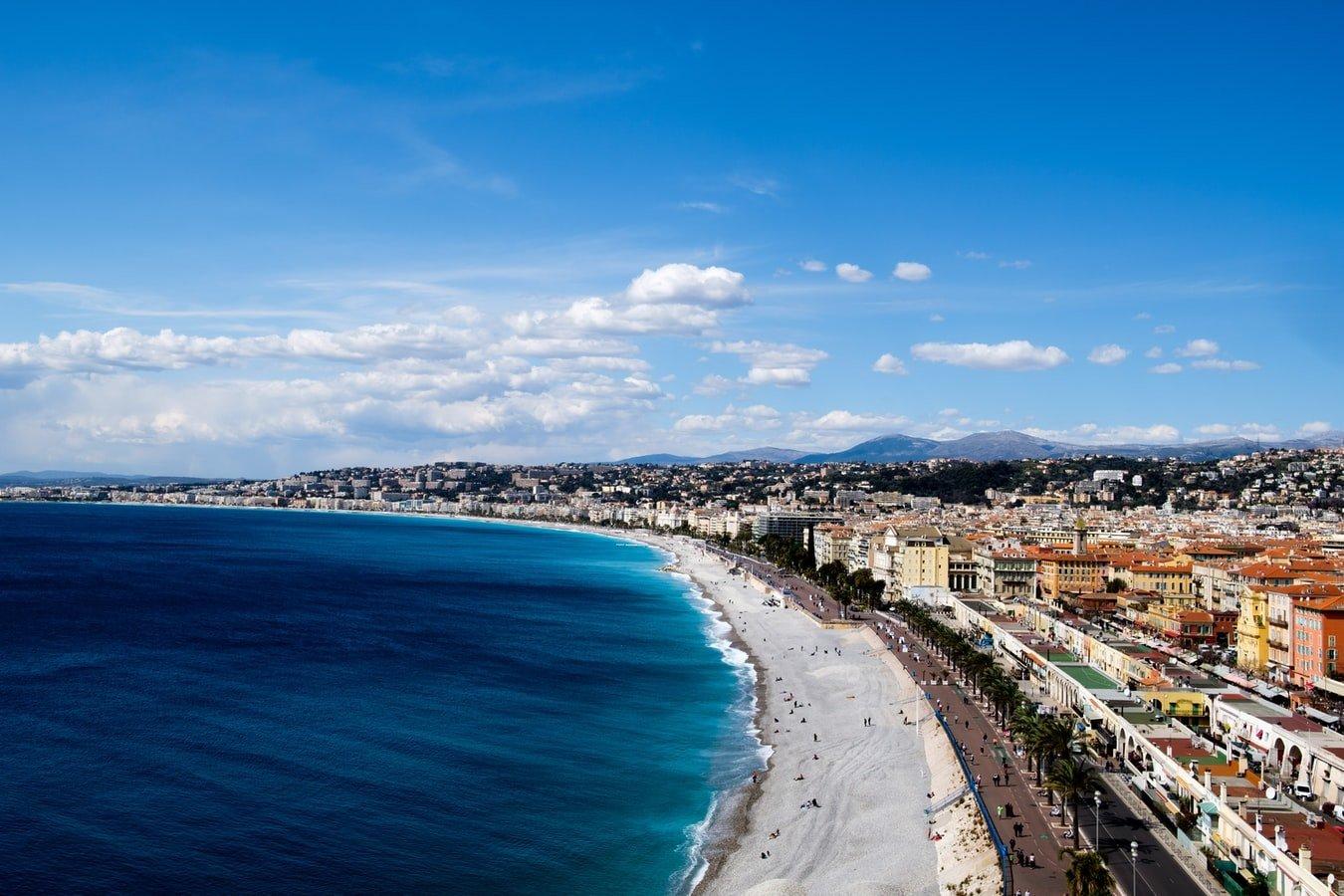 Vogelperspektive auf den Strand und Uferpromenade von Nizza Frankreich