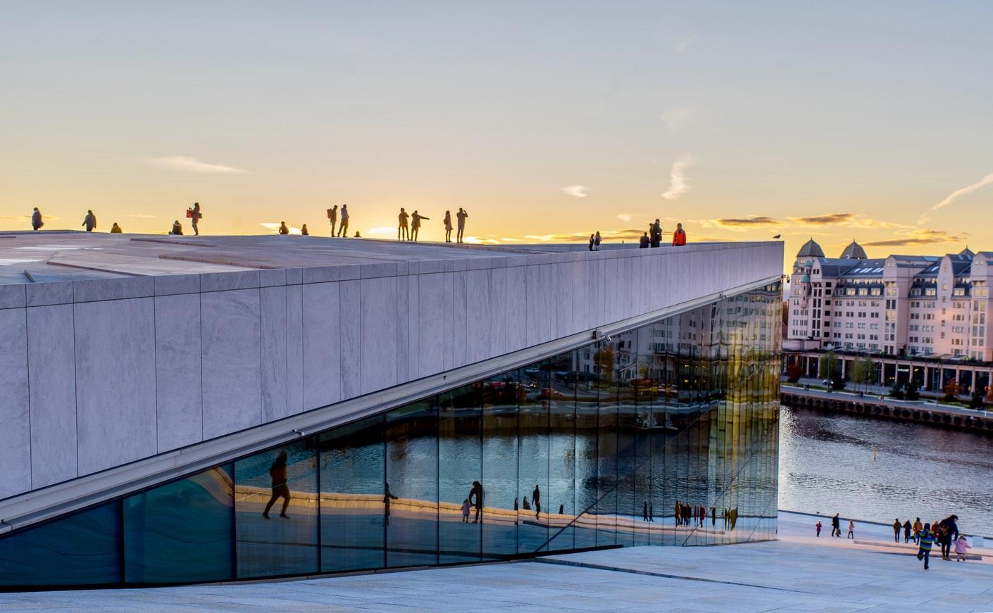 Blick auf das Dach der Oper und Hafen in Oslo Norwegen