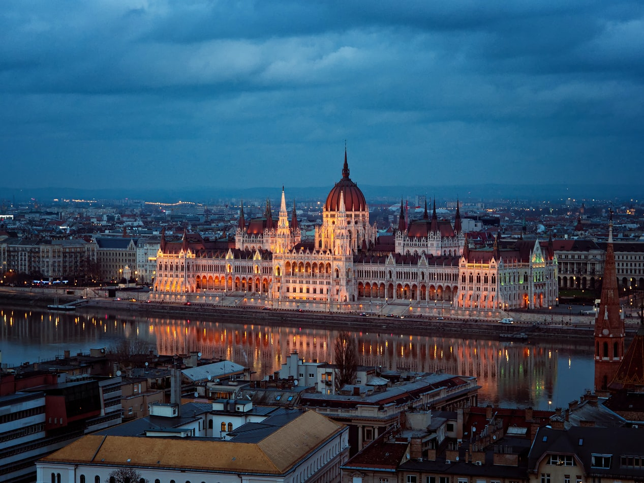 Blick über die Donau auf Parlament in Budapest Ungarn