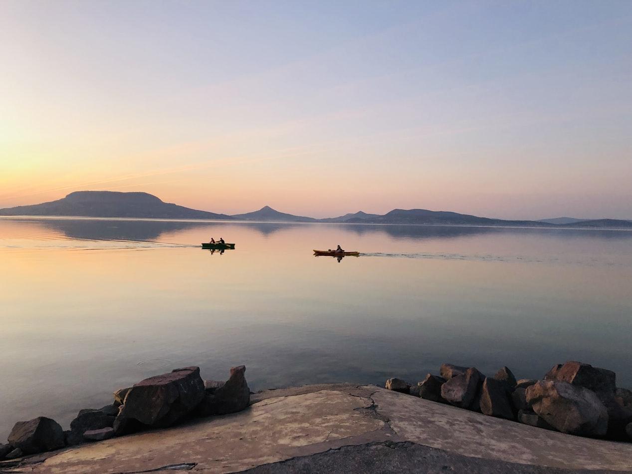 Zwei Boote auf dem Plattensee Ungarn