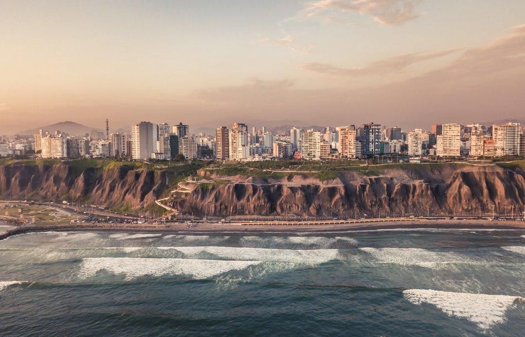 Blick auf Playa de la Costa Verde und Lima in Peru