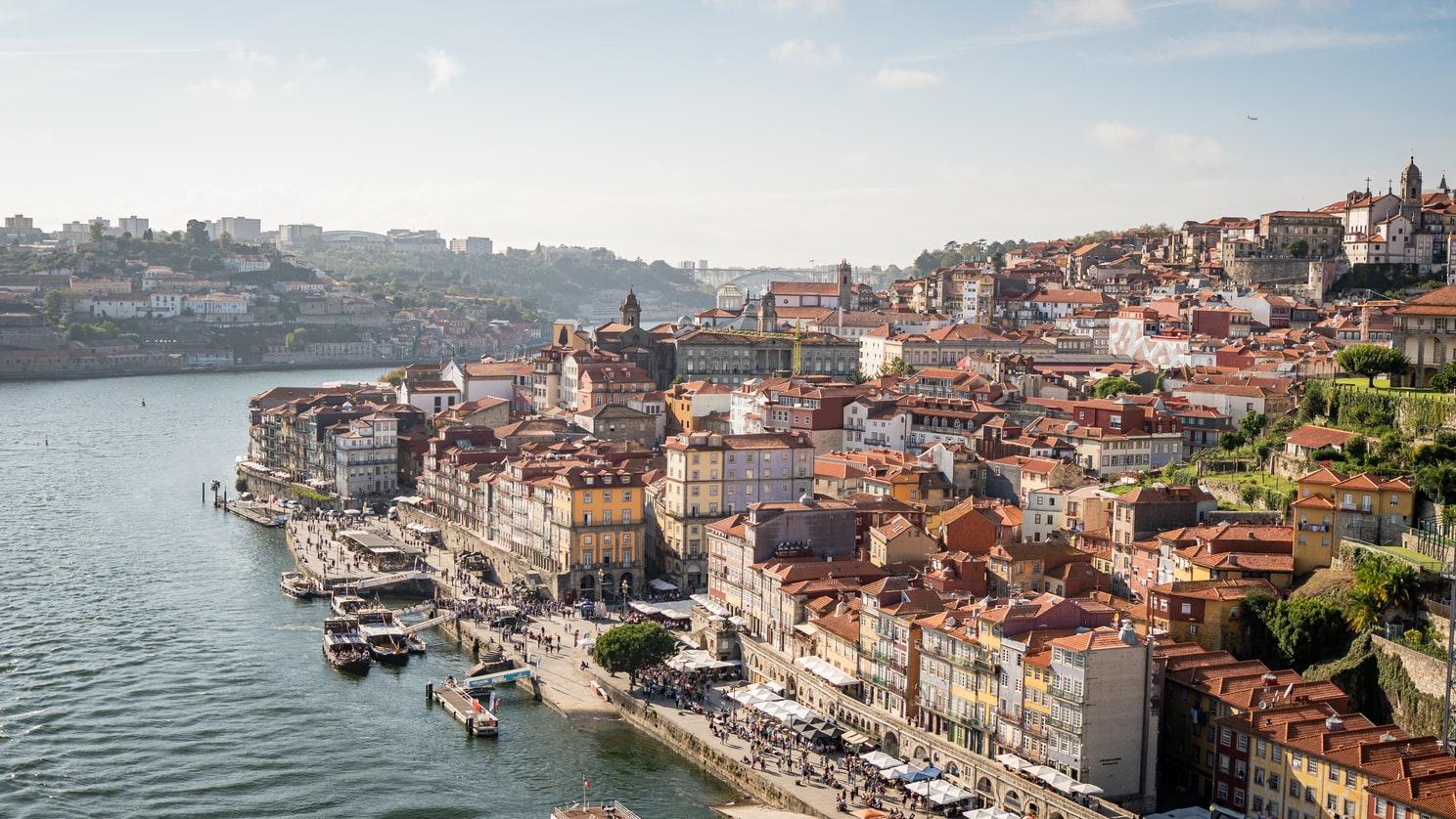 Blick auf Porto am Ufer des Douro