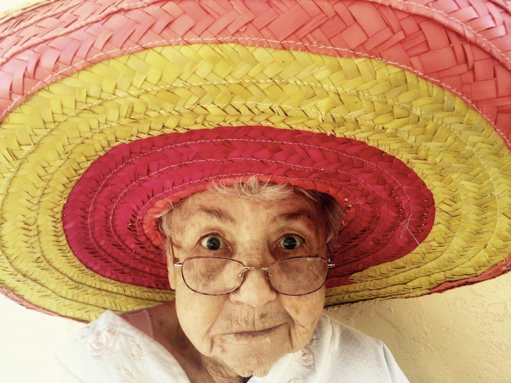 Alte Dame mit buntem Sombrero