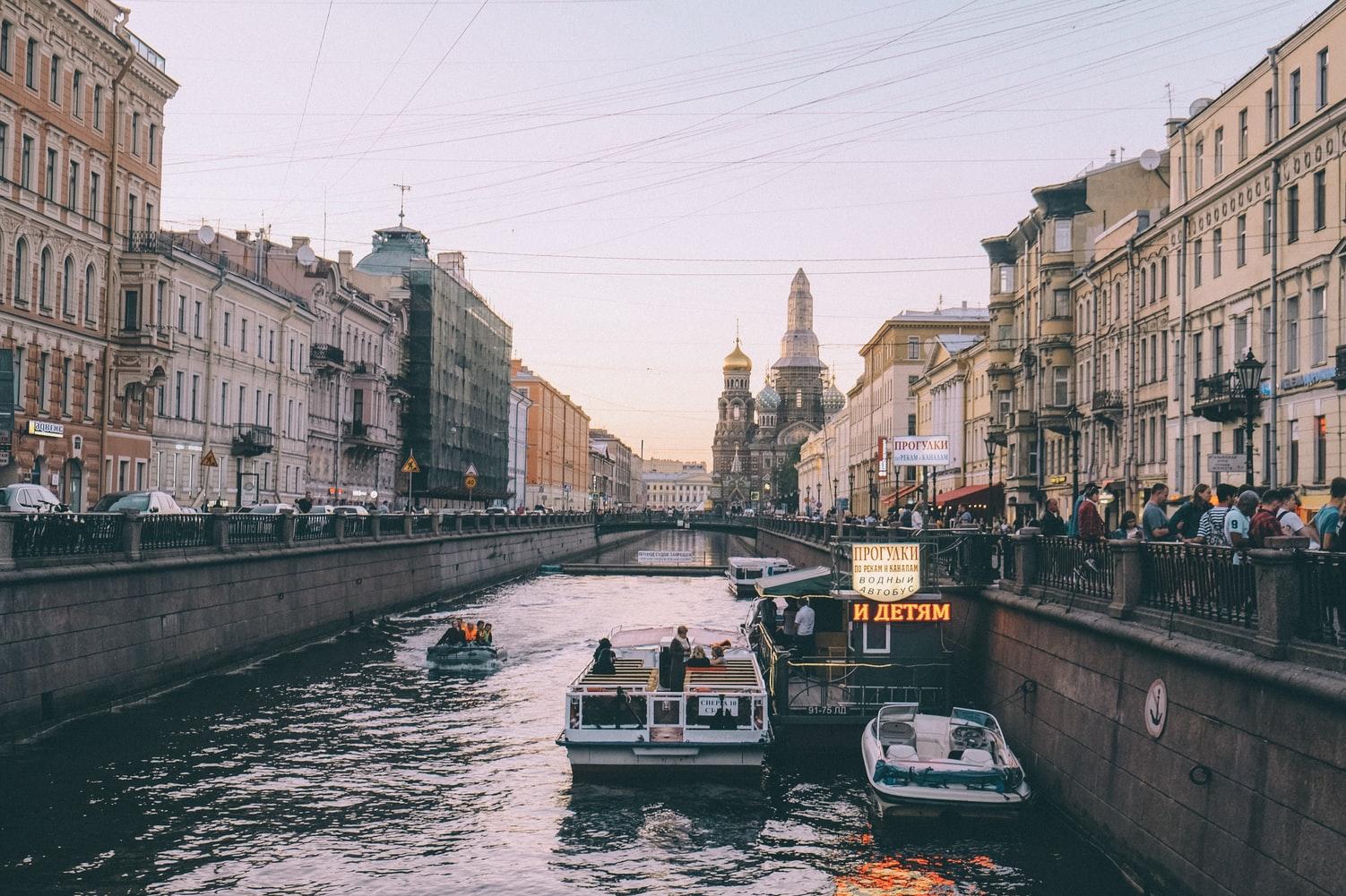 Blick auf Gribojedowkanal mit Auferstehungskirche im Hintergrund Sankt Petersburg Russland