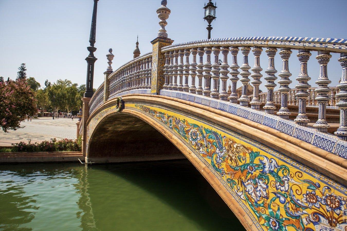 Brücke am Plaza de Espana in Sevilla Spanien