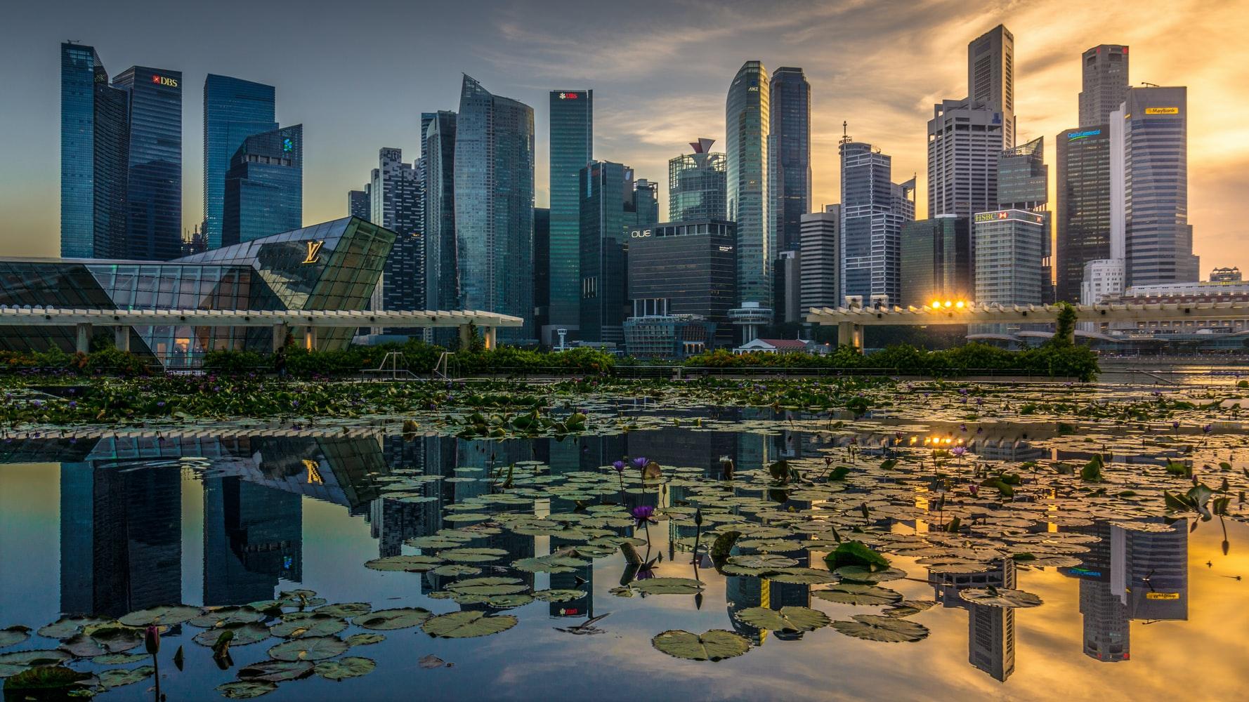 Blick übers Wasser auf Marina Bay Singapur