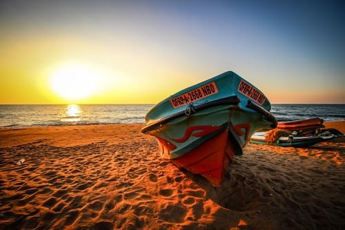 Rotes Boot im Sonnenuntergang in Negombo Sri Lanka
