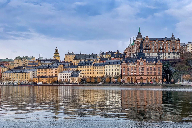 Blick übers Wasser auf Stockholms Altstadt in Schweden