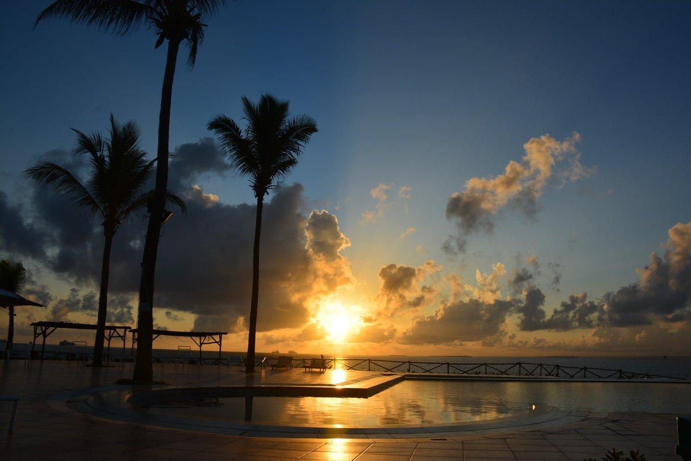Sonnenaufgang über dem Indischen Ozean in Dar Es Salaam Tansania