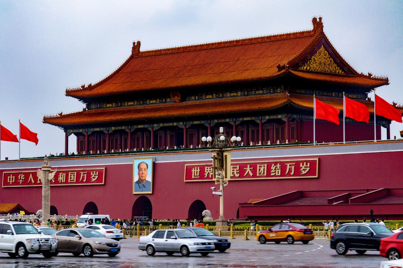 Parkende Autos am Tiananmen Platz in Peking
