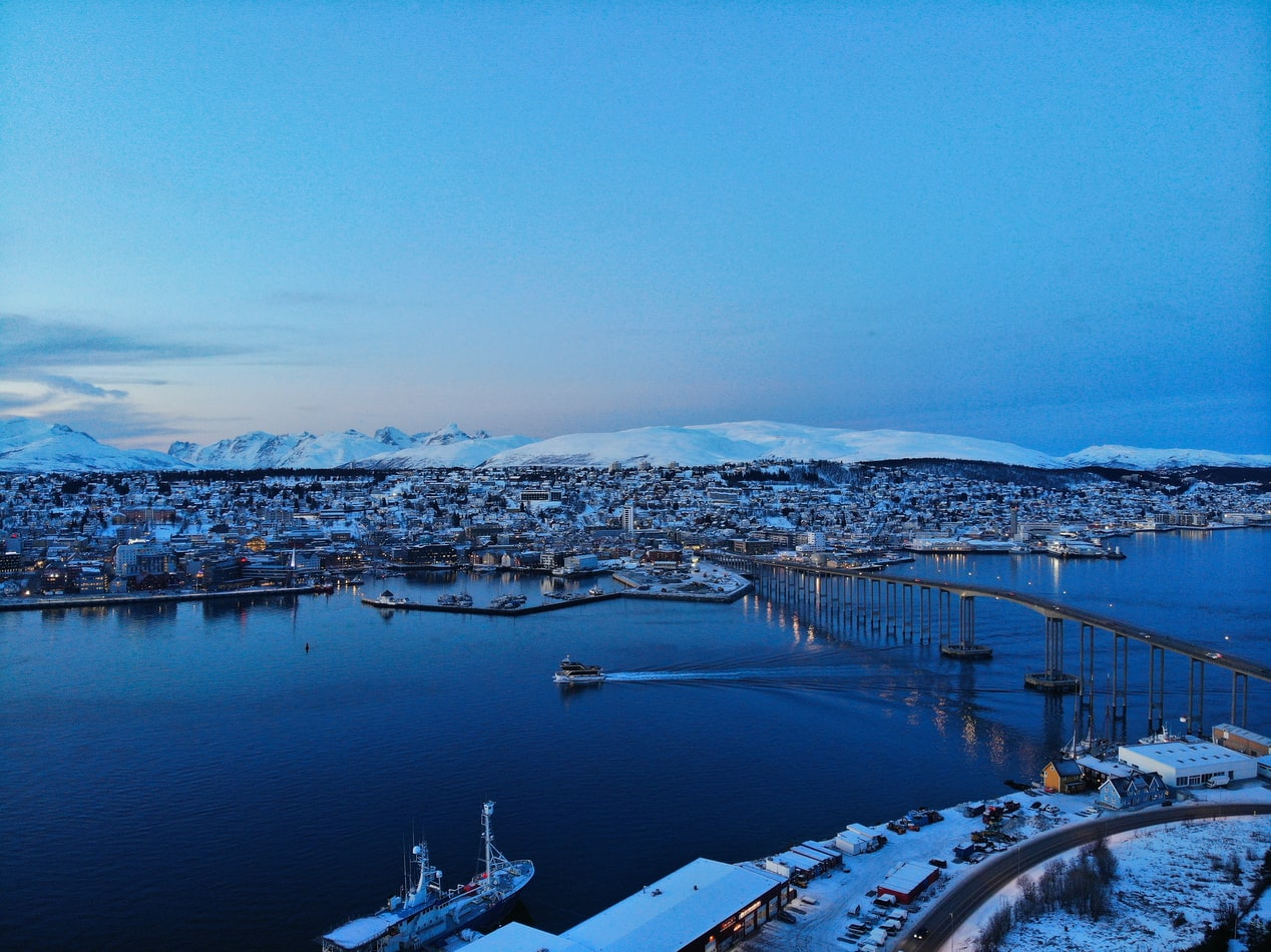 Blick übers Wasser auf das winterliche Tromsø in Norwegen