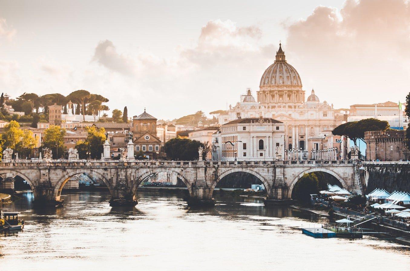 Blick über den Tiber auf dem Vatikan Italien