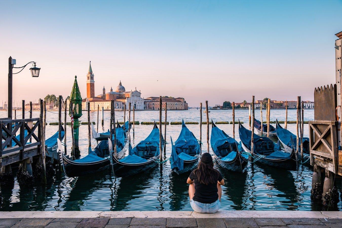 Gondelhafen mit Blick auf San Giorgio Maggiore in Venedig Italien