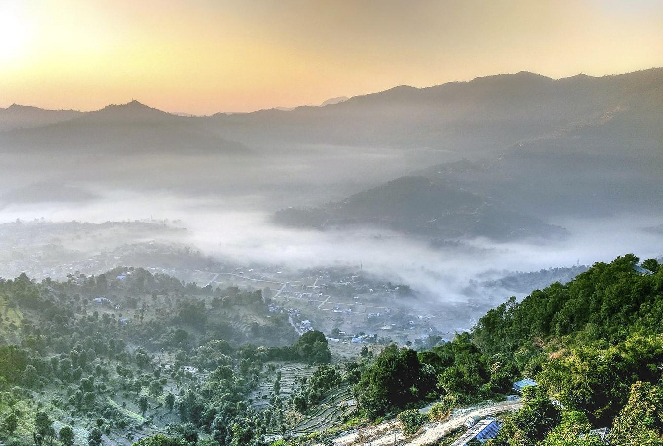 Vogelperspektive auf Wolkenschleier über Pokhara Nepal