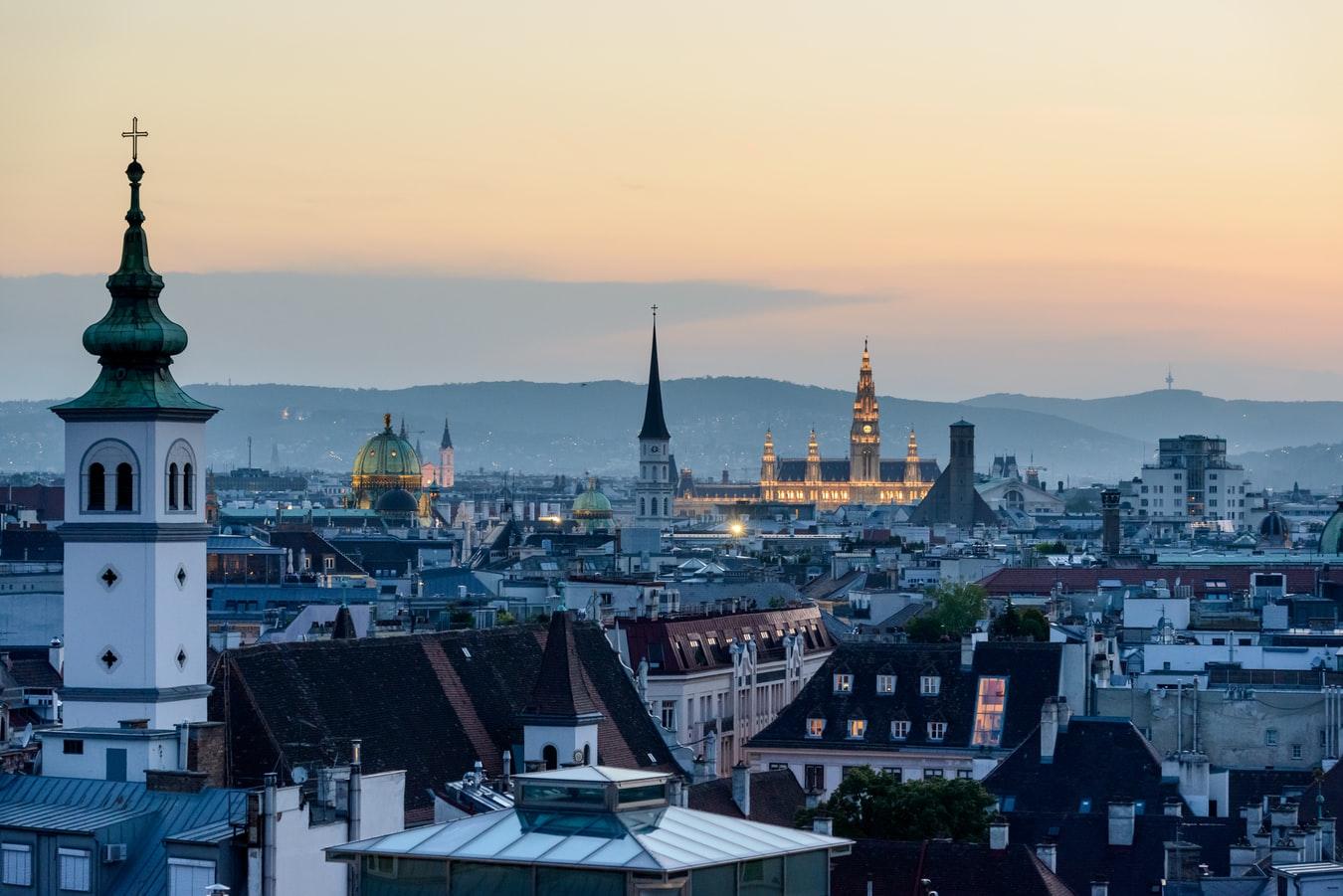 Vogelperspektive auf Wien in Österreich mit Stephansdom im Hintergrund