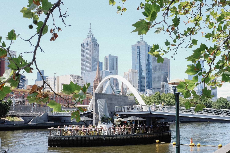 Blick von South Bank über Yarra River auf Skyline von Melbourne Australien
