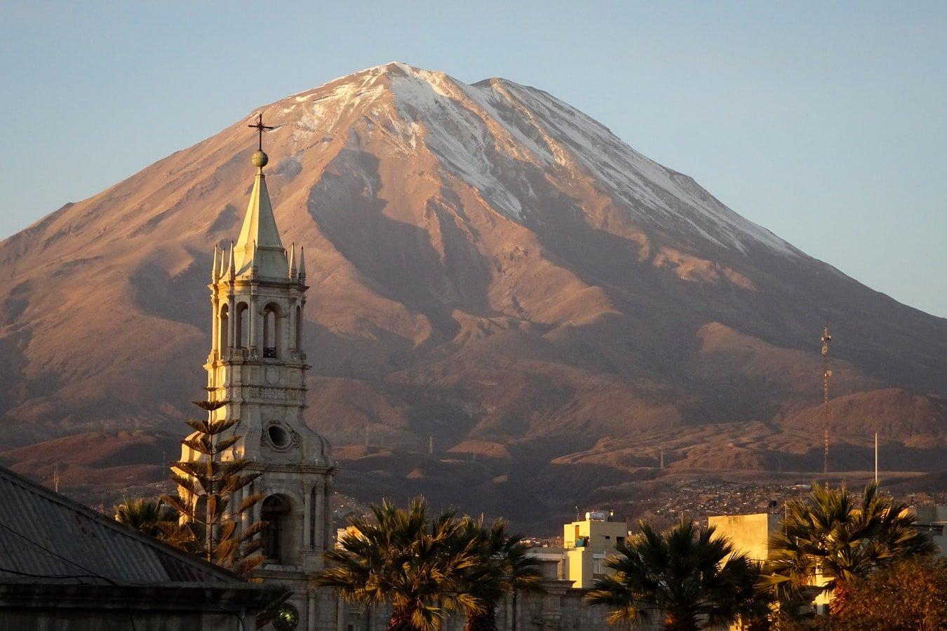Kathedrale vor Vulkan El Misti in Arequipa Peru